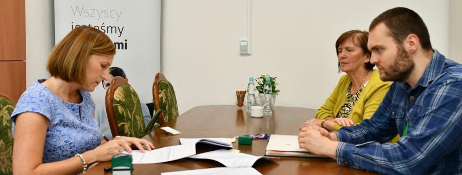 Dyrektor Generalna GUNB podpisuje umowę z przedstawicielami PFRON