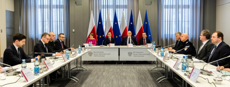 Uczestnicy odprawy siedzący przy stołach w sali konferencyjnej (źródlo: A.Guz KPRM)