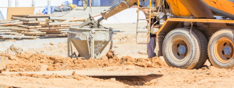 Budowa. Widok na betoniarkę.