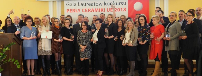Na scenie stoi grupa osób reprezentujących wszystkie nagrodzone firmy, a wśród nich Zastępca GINB Krzysztof Piątek