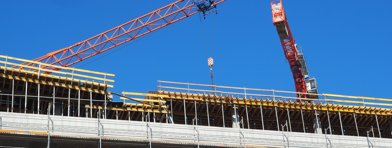 Widok na dźwig na budowie.
