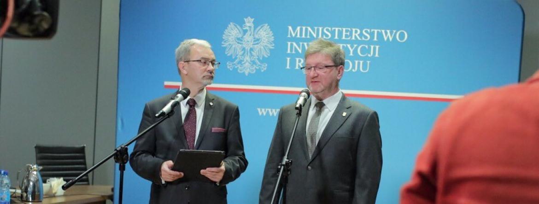 Minister Jerzy Kwieciński i Zastępca GINB Krzysztof Piątek w otoczeniu kamer podczas briefingu